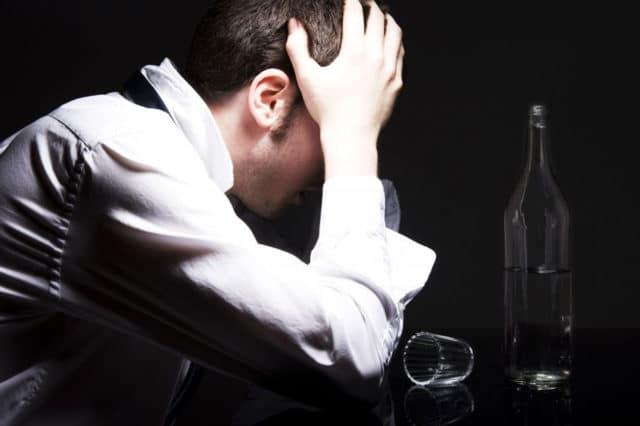 Если человеку, выпившему алкоголь, вдруг стало плохо и у него подскочило давление, необходимо срочно вызвать скорую помощь