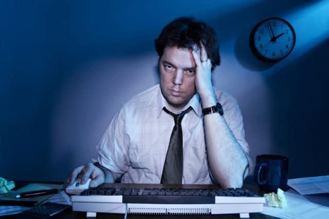 Когда человек целый день сидит за компьютером на работе или на диване перед телевизором, движение тока крови по кровеносным сосудам затрудняется и резко сокращается