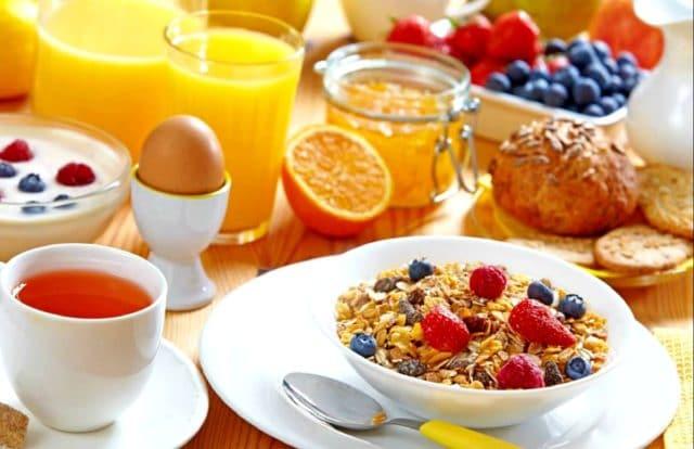 Диета при повышенном давлении должна быть основана на фруктах и овощах, желательно без тепловой обработки