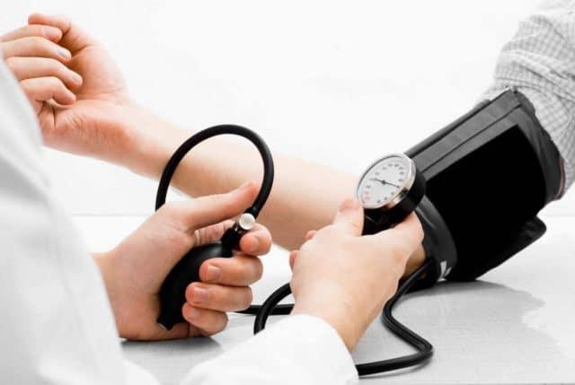 Проводить длительное воздержание лучше под надзором врачей с отслеживанием показаний давления