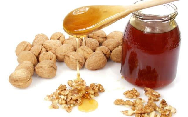 Выбирая грецкие орехи, которые будут применяться для понижения артериального давления, следует останавливаться на продукте со светлой кожицей