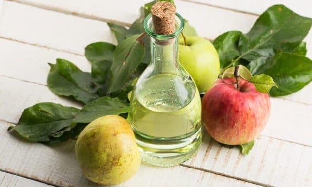 Приложите к ступням ног на десять минут салфетки, которые обильно смочены в яблочном уксусе