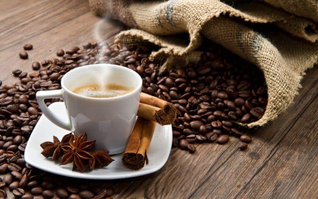 Чтобы не употреблять таблетки, можно попить кофе или поесть орехи