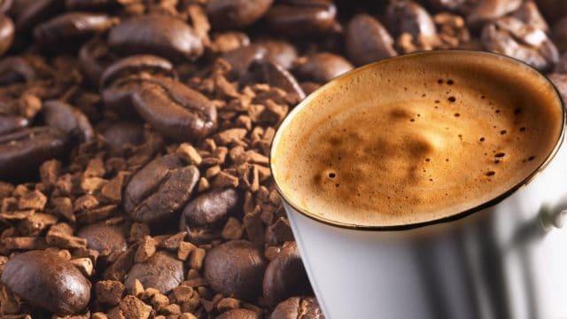 Чай также содержит кофеин, но не в таких количествах, поэтому чай бодрит меньше