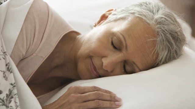 Помогает при головной боли, поэтому люди, страдающие данной патологией, принимают его в дополнение к основным таблеткам