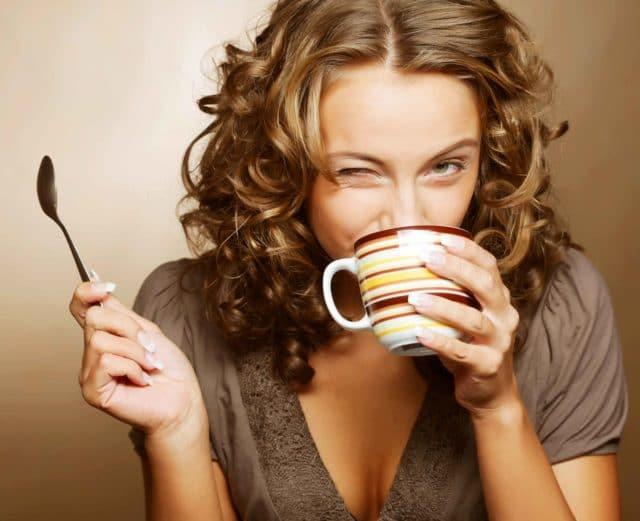 Если человек здоров или у него несколько повышенное давление, он ощутит на себе характерное действие кофеина в чае