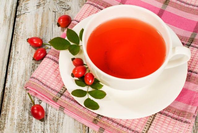 Особенно полезно употреблять отвар из плодов шиповника в зимние месяцы, период авитаминоза