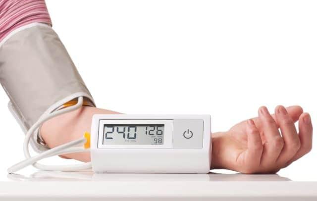 Повышенное давление (гипертензия) – один из самых частых признаков возрастных изменений в сосудистой системе