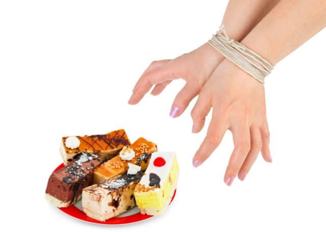 Для гипертоников категорически запрещены быстрые углеводы: сахар, конфеты, торты