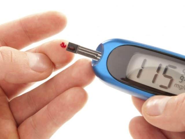 Диагностированный сахарный диабет не только сопровождает гипертонию, но также увеличивает риск осложнений и усугубляет ее течение