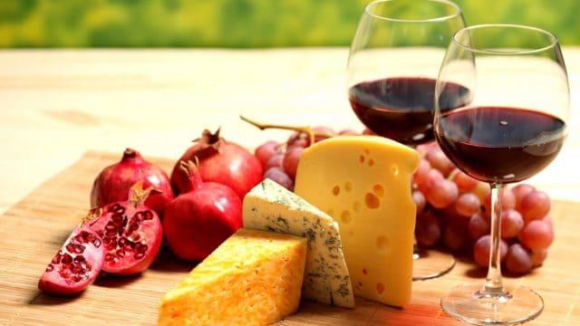Марочное красное сухое вино понижает давление. Эффект гораздо более продолжителен, чем при употреблении других видов алкоголя, когда АД уже через полчаса повышается вновь