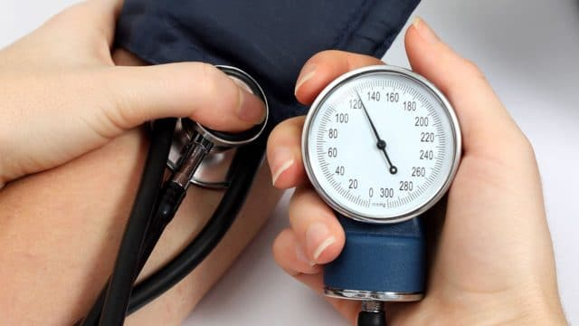 Старайтесь проводить измерение давления в одно и то же время, так как на протяжении дня этот показатель изменяется в широком диапазоне значений