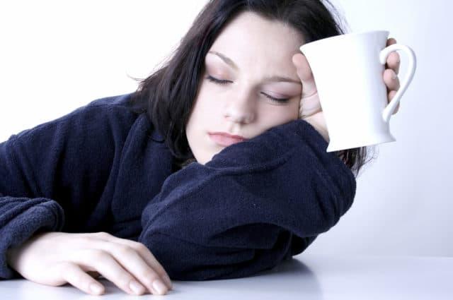 Во время низкого показателя снижается работоспособность, человек чувствует себя одиноким и никому не нужным