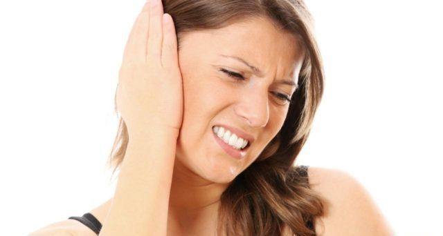 Ощущение давления в ушах может выражаться в виде острой боли или периодической, при этом могут добавиться и сопутствующие симптомы