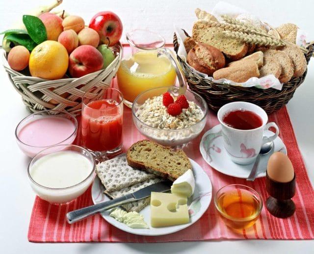 Употреблять мало соли, стараться пить больше жидкости, принимать витаминные комплексы