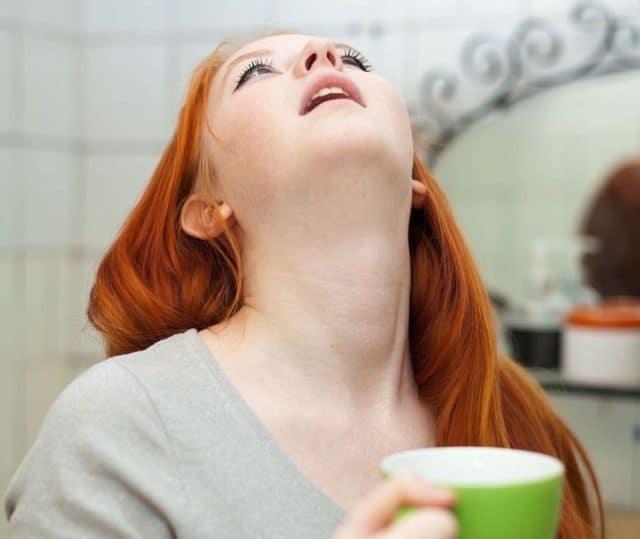 Средством полезно полоскать рот и горло при стоматите, ангинах, бронхите
