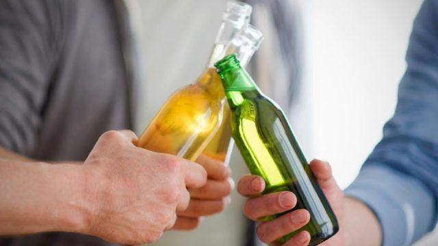 Но даже если при высоком давлении не принимать никаких лекарств, алкоголь стоит принимать с осторожностью