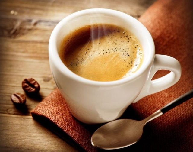 Специалисты утверждают, что у людей, ежедневно потребляющих от 4 и более чашек кофе, этот напиток практически не меняет давление