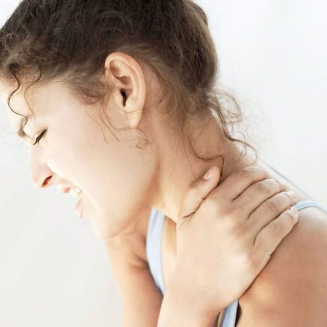 Когда болит затылок в сочетании с неврологической симптоматикой, нужно измерить давление, так как возможны его высокие и пониженные показатели