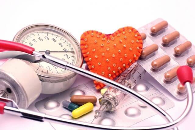 Врач назначает гипотензивные препараты