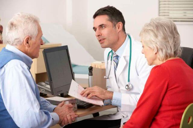 Начинается диагностика с опроса пациента – все сказанное больным помогает в выявлении причин недуга