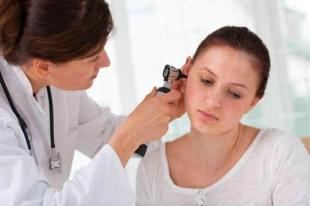 Ринит может спровоцировать неприятное давление в ушах