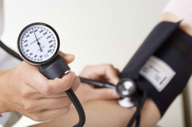 Из-за повышенного АД сердечная мышца начинает работать на износ и это изменяет малый и большой круг кровообращения