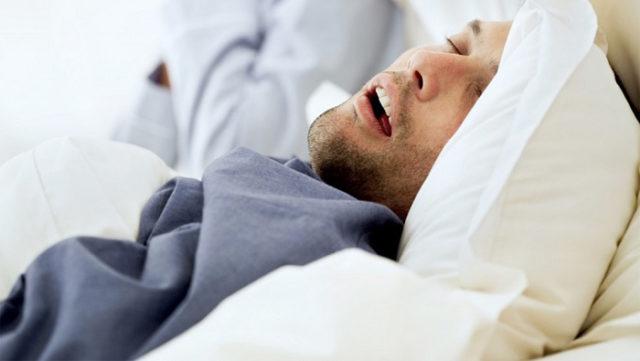 Склонным к гипертензии людям рекомендуется сократить количество употребляемой соли, жиров и кофеина