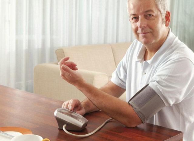Измерять АД нужно 2—3 раза в течение дня на протяжении нескольких дней в одинаковое время, а результаты фиксировать в тетрадке